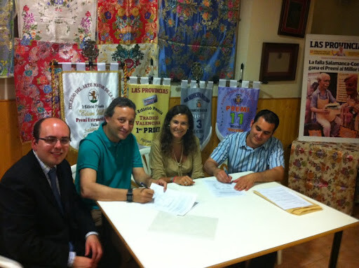 Alberto García Iranzo, a la izquierda, en la firma de contratos de la falla.