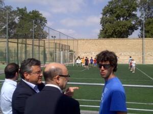 El edil de Deportes, Cristóbal Grau, y el de la Federación de Hockey, Jesús Gracia, con el responsable de la escuela de verano.