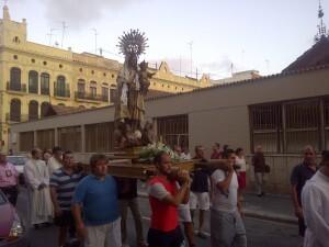 Un grupo de marineros lleva a hombros a la Virgen del Carmen/vlcciudad