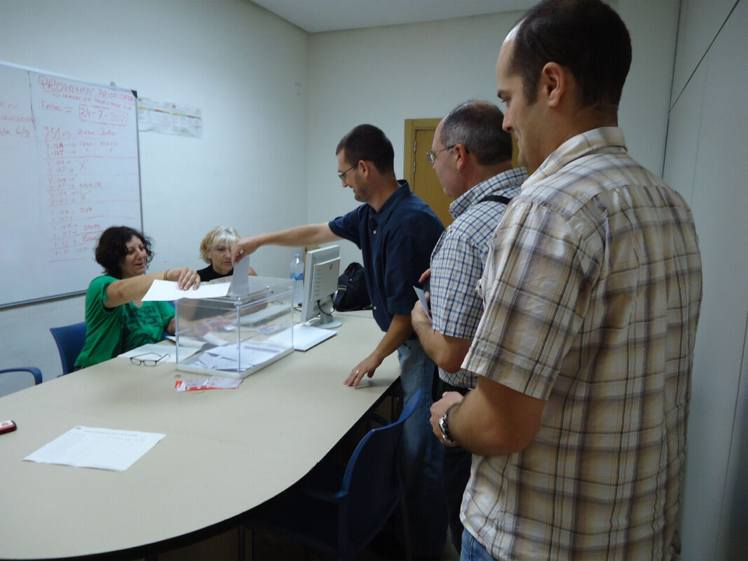 Un grupo de trabajadores de la EMT votan en una de las sedes habilitadas/EMT