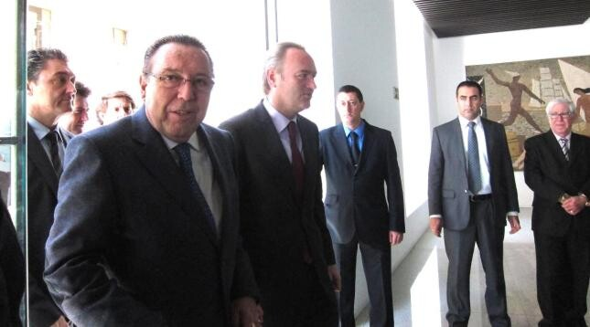 El presidente de la Generalitat, Alberto Fabra, entra al acto antes de anunciar el nuevo calendario laboral