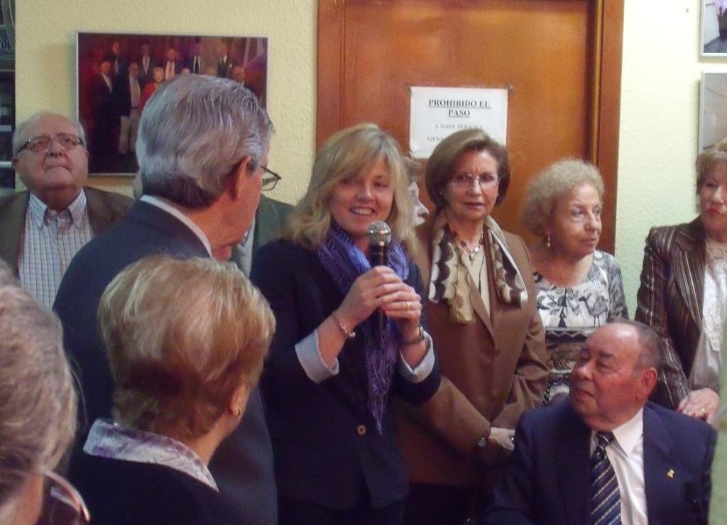 La concejala Ana Albert con un grupo de personas mayores