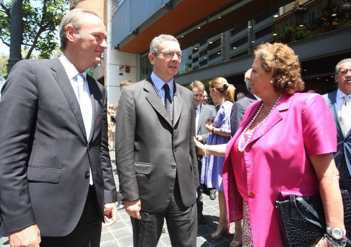 Fabra, Gallardón y la alcaldesa en las puertas de la sede del colegio de abogados./ayto vlc