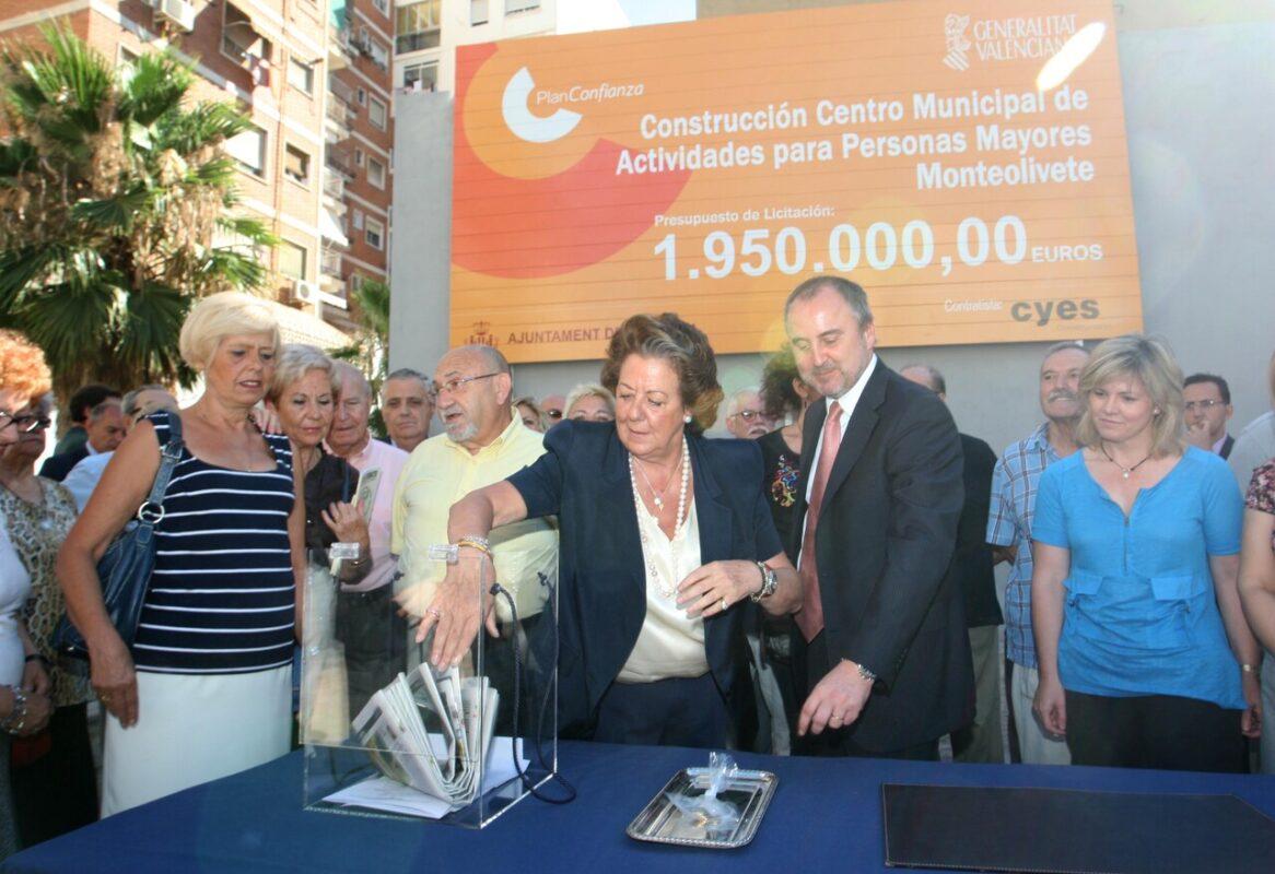 La alcaldesa y el conseller en el acto de colocación de la primera piedra