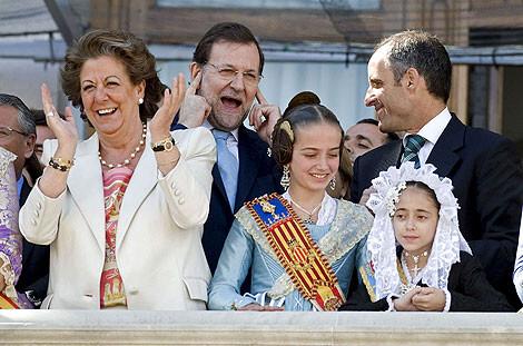 La alcaldesa Barberá con Mariano Rajoy y Francisco Camps hace unos años en el balcón del ayuntamiento