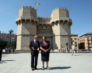 El edil Novo y la alcaldesa en la nueva plaza delante de las Torres de Serranos