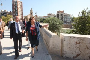 La alcaldesa Barberá durante la visita al puente de Serranos