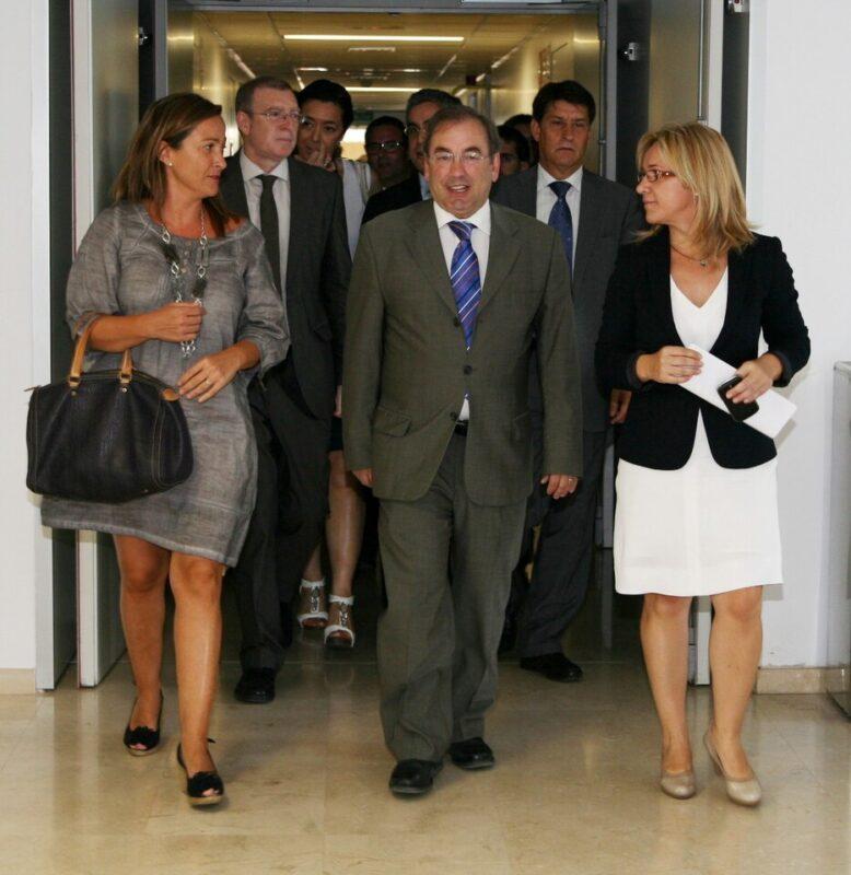 A la izquierda, la edil Bernal con el conseller de Sanidad Luis Rosado