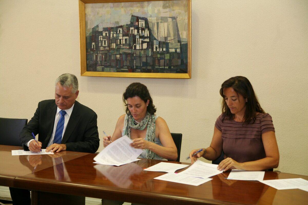 Firma de los convenios con la concejala Beatríz Simón enmedio.