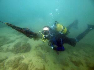 Un buceador durante una operación de limpieza de fondos marinos