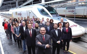 Joan Calabuig con la candidatura al Ayuntamiento de Valencia junto a un tren AVE