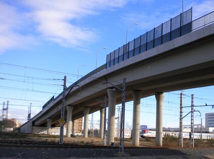 Puente que construyó ADIF en la carretera de Malilla.