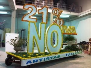 Dos artistas falleros hicieron una plataforma floral en la noche de la punxa contra la subida del IVA