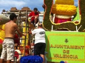 Los artistas carroceros y sus ayudantes ultiman las obras de arte floral en la Alalmeda/artur part