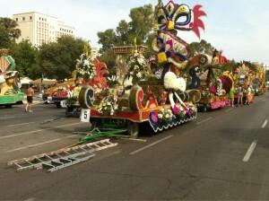 Las carrozas en el Paseo de la Alameda a faltan tres horas para la Batalla más pacifica y colorista/artur part