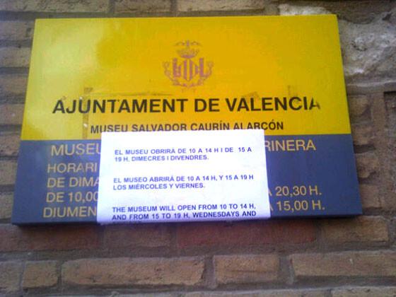 Aviso de horarios en el Cartel de Identificación del Museo de la Semana Santa Marinera