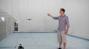 Un investigador de Zurich con un cuadricóptero