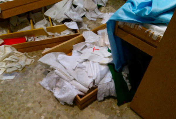 Destrozos ocasionados por el robo en la Iglesia de San Isidro