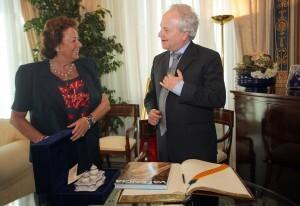 La alcaldesa con el embajador del Perú a quien recibió ayer en el despacho del consistorio/j.sapena
