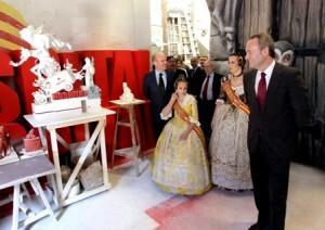 El presidente de la Generalitat visita un taller fallero en las pasadas fiestas falleras