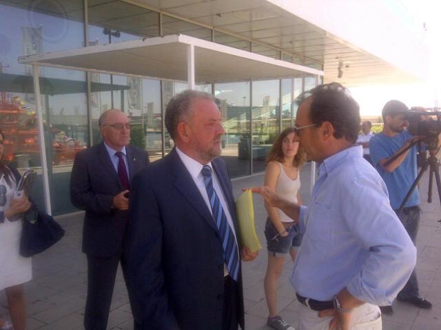 El Capitán Marítimo, Felipe Cano, con José Vicente Herrera, a la derecha./vlcciudad.
