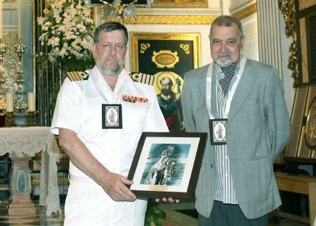 El Comandante Naval de Valencia recibió un detaller del presidente de la cofradía, Manuel Monsoriu