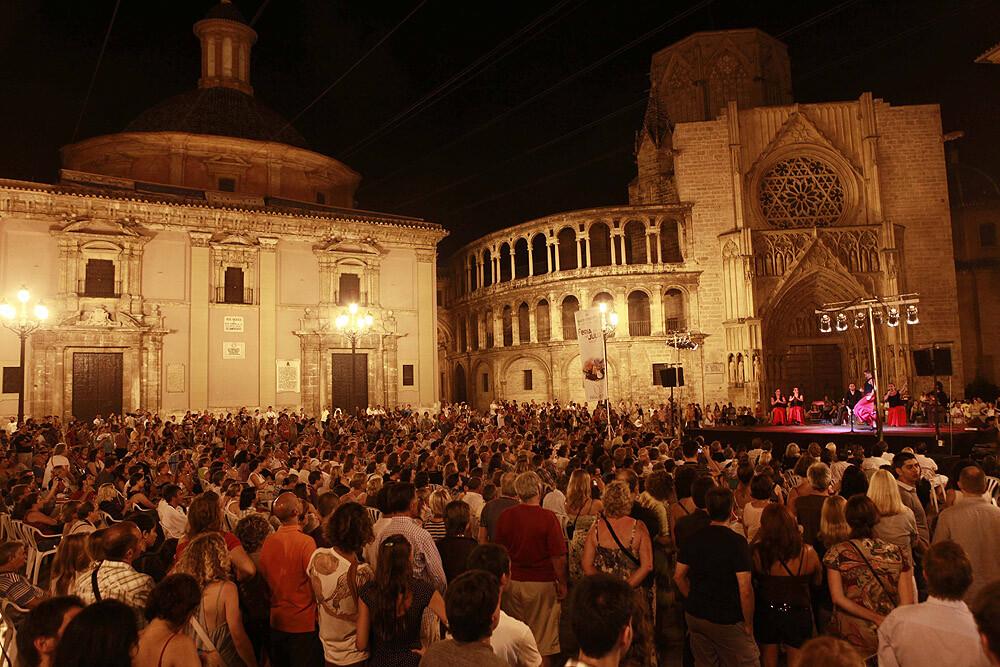 Aspecto de la plaza de la Virgen durante la Gran Nit de Juliol de 2012