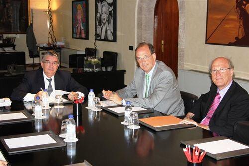 El conseller vela y el delegado de la AET, Cerda, firman el protocolo de alquiler del edificio de la conselleria que hizo Miguel Colomina/gva