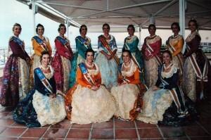 La Fallera Mayor de 2002, Sara Martín, y su corte de honor.
