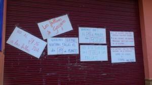 La falla Gayano Lluch ha colocado pancartas en la puerta del casal contra el cambio de fechas y subida del IVA=Elena Rivero