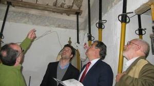 Un grupo de expertos realiza una inspección a un edificio.