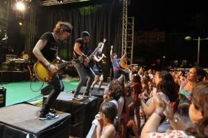 Los músicos de La Tribu en primera fila del escenario/j.v.zaragoza