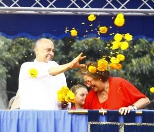 El edil de Fiestas, Francisco Lledó, y la alcaldesa, Rita Barberá, lanzan clavellons en el festejo del pasado domingo