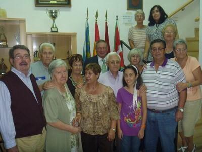 Luis Najarro, segundo por la izquierda, en la sede del centro en octubre de 2011