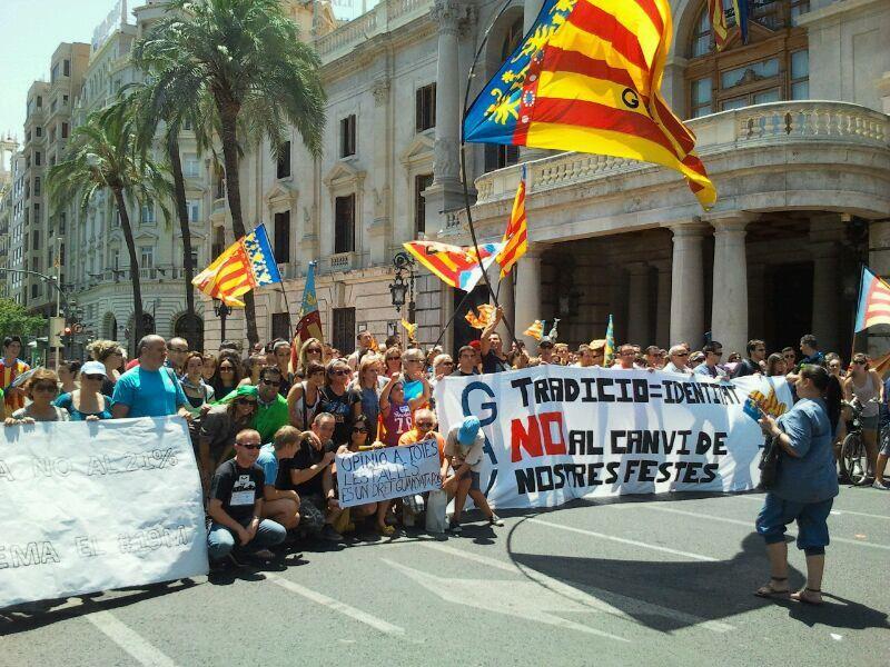 Manifestantes en la concentración de ayer en la plaza del Ayuntamiento/gav