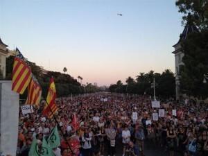 Miles de personas se han concentrado en la Alameda