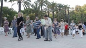 Un grupo de personas mayores baila en los Jardines del Palau