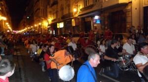 Los bombos y tambores en la calle de la Paz durante el desfile