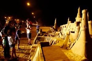 Decenas de espectadores contemplaron las esculturas de arena en la playa