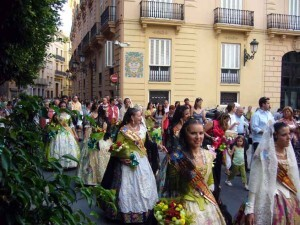 Ún grupo de falleras en la ofrenda a la Virgen del Carmen en el centro histórico