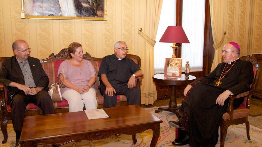 La presidenta de la junta mayor, Begoña Sorolla; el secretario general, Vicente Sobrino y el prior, Juan Pedro Escudero, con el arzobispo./jmssmv