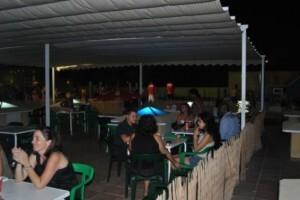 Una zona del recinto de la piscina donde se puede cenar o tomar copas/aquaval