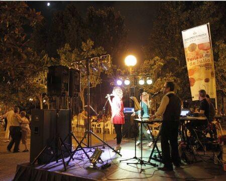Los músicos de una orquesta durante una verbena en el Parque del Oeste