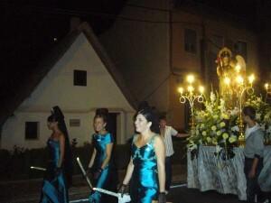 Grupo de clavariesas de Pinedo en la procesión