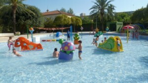 Una zona de la piscina de Benicalap junto a la Ciudad del Artista Fallero/aquaval