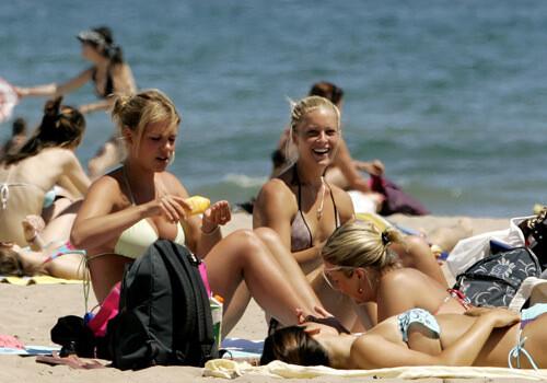 Un grupo de jóvenes en la playa de la Malvarrosa