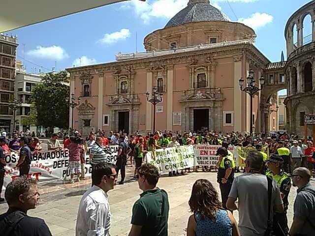 Protesta de trabajadores de la EMT y profesores interinos en la plaza de la Virgen