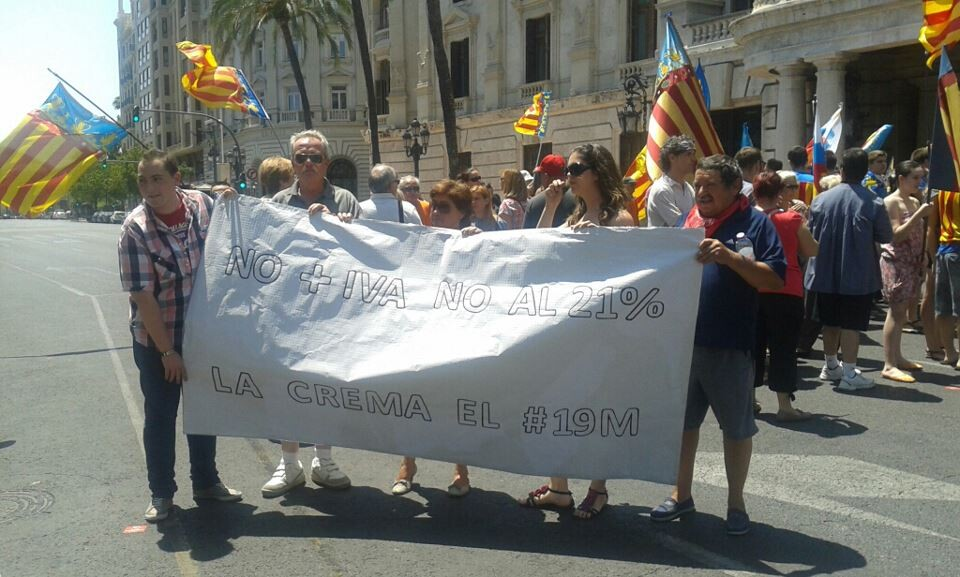 Un grupo de los falleros participantes en la protesta de hoy en la plaza del Ayuntamiento