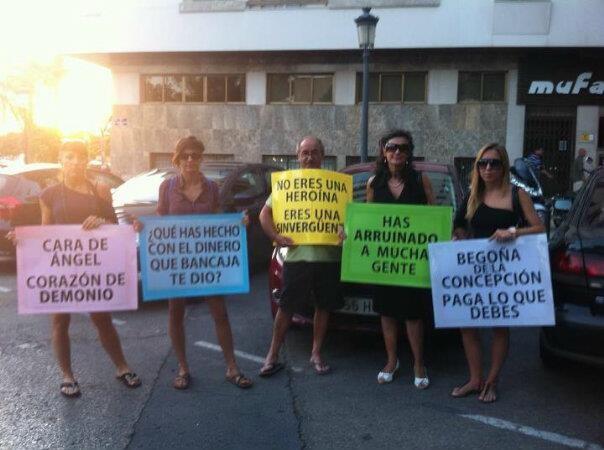 Protestas de las personas a quienes se les debe dinero en la tarde del pasado jueves/k.c.