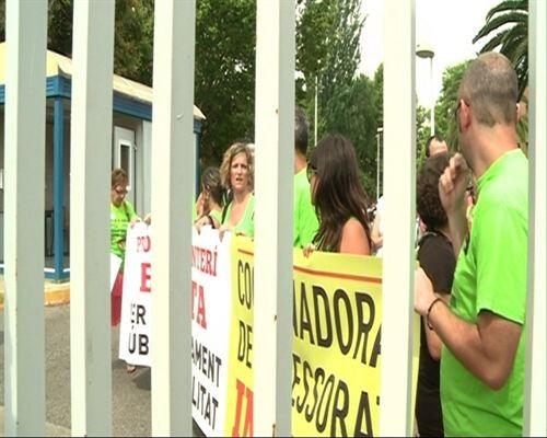 Un grupo de profesores delante de la valla que les cierra el acceso a la conselleria de Educación